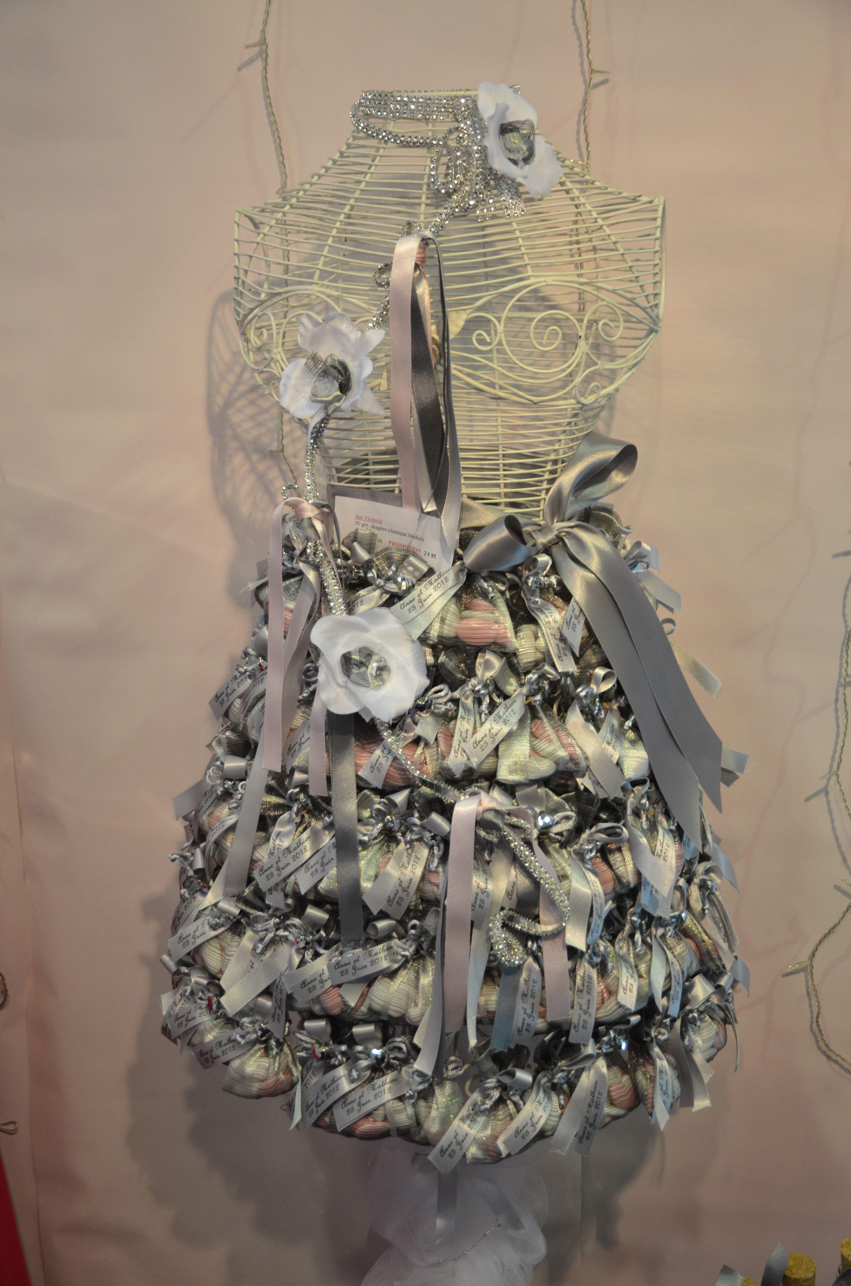 Déco mariage présentation d un buste décoré de ballotins de