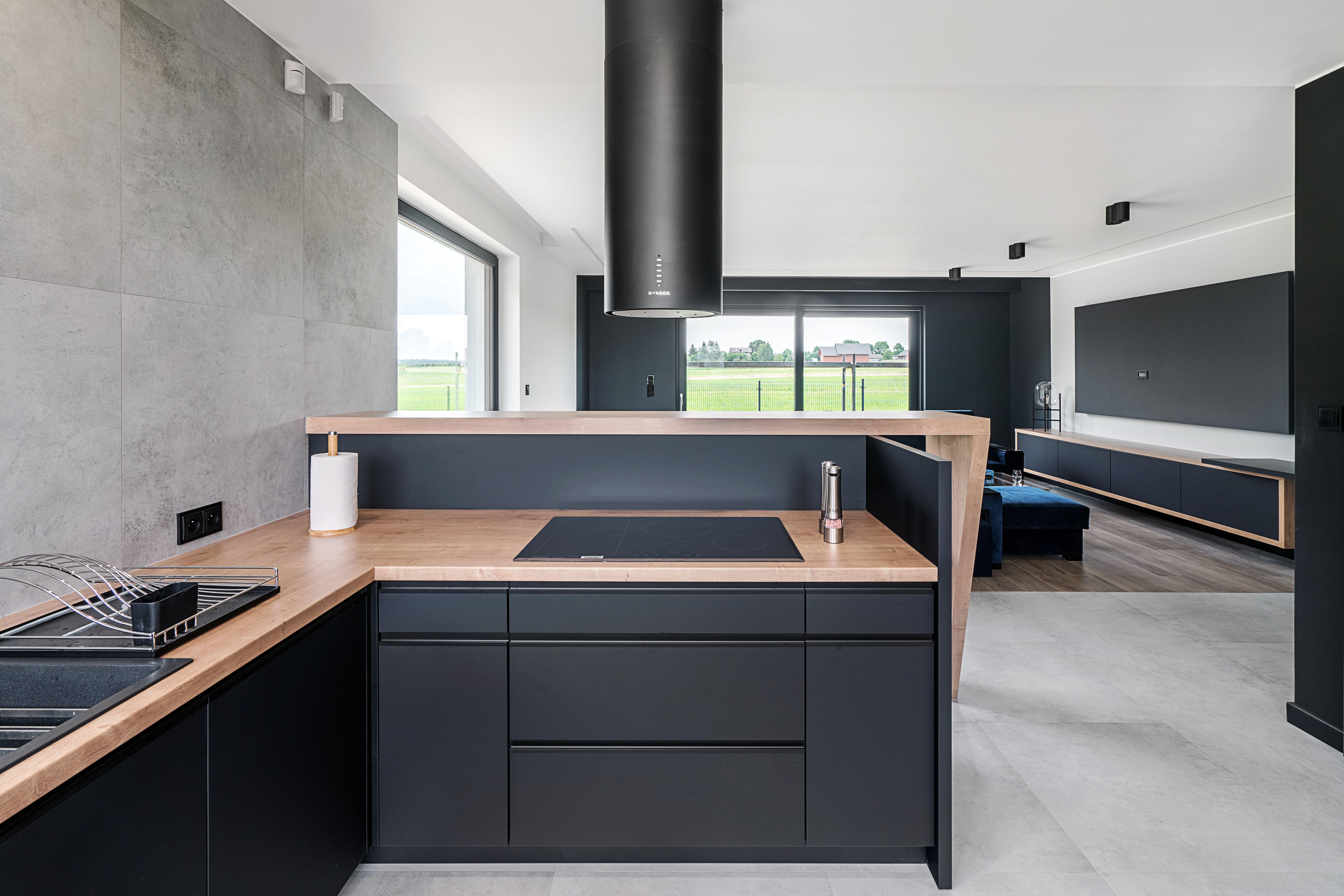 Przestronnie Minimalistycznie I Nowoczesnie Tak Urzadzono Prezentowane Wnetrze Trio Kolorystyczne Szarosc Czern I Drew Kitchen Design House Interior Home