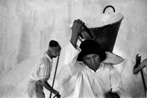 René Burri - Mine de sel, Province de Trapani, Sicile, Italie, 1956  #TuscanyAgriturismoGiratola