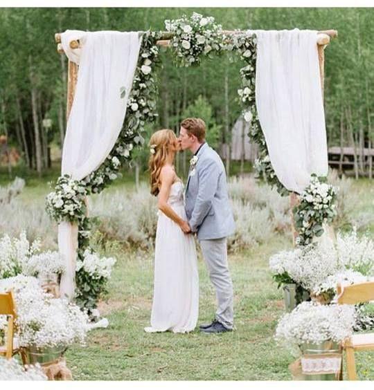 O encanto do casamento ao ar livre, utilizando apenas o verde e branco na decoração. Muito amor.