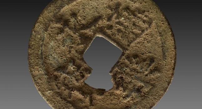 La moneda Yongle Tongbao fue emitida por el emperador Yongle, que reinó entre los años 1402 y 1425, durante la dinastía Ming. El hallazgo de esta antigua moneda China de 600 años de antigüedad en la isla Manda de Kenia, revela que seguramente existió el comercio entre el país asiático y África décadas antes de la llegada de las naves europeas.