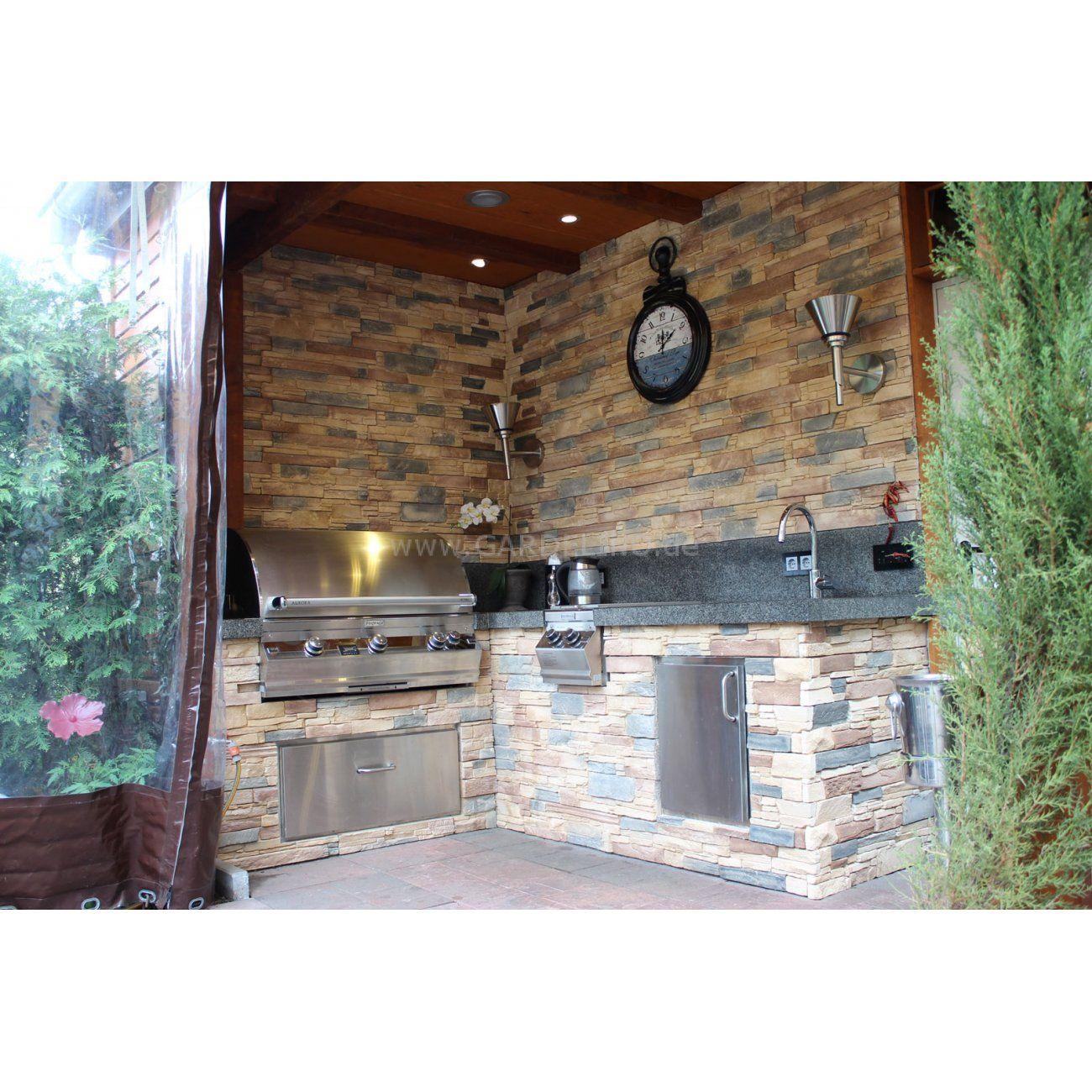 Außenküche mit Fire Magic Einbau Grill und Edelstahl Tür aus Stein ...