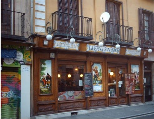 Taberna de san Isidro. Se trata de un establecimiento con sabor típico madrileño, decorado con cerámica de Talavera, representando al Santo Patrón de Madrid.