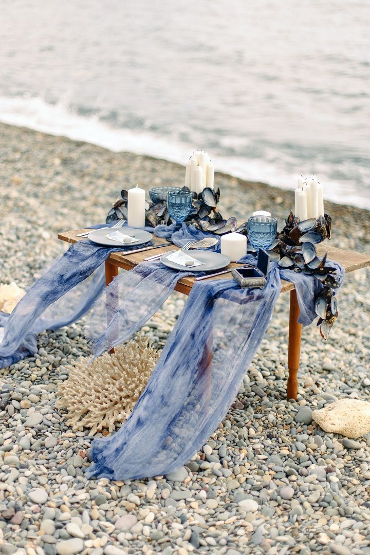 Beach wedding tablescape in shades of ocean blue | fabmood.com #weddingtable #weddingtablescape #tablesetting #beachwedding #beachtablescape #oceanblue #mistyblue #mistygrey