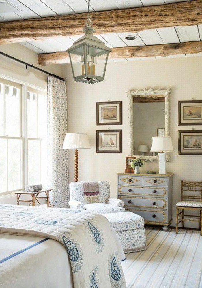 schlafzimmer landhausstil stoffmuster kommode holzbalken leuchter