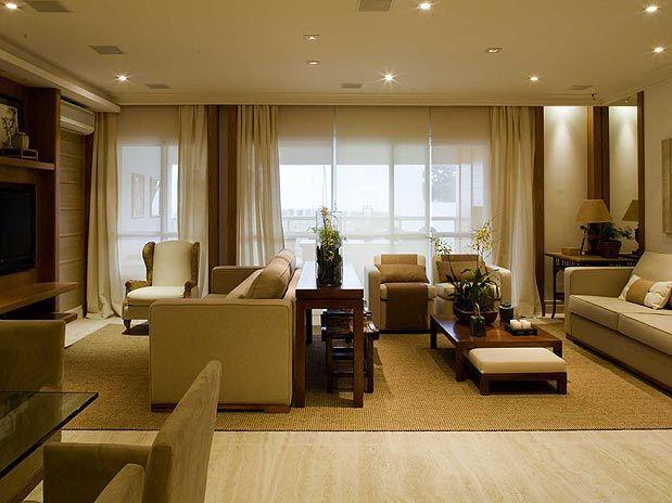 Uma sala comprida com estar e tevê em tons neutros e se você quer cor acrescente nos pequenos detalhes,como almofadas,mantas,objetos, quadros...