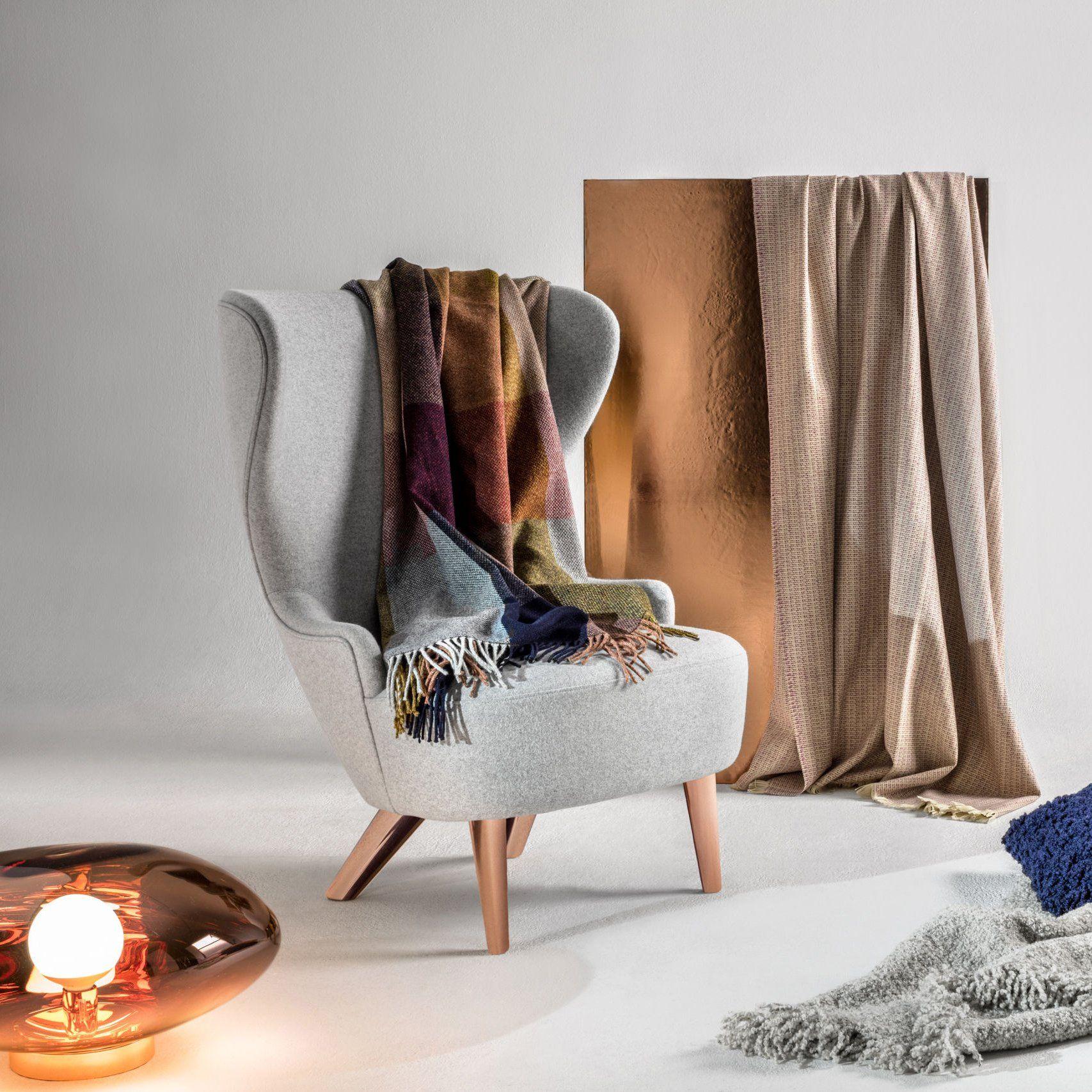 un plaid color dans les tintes oranges bordeaux et bleu sur un fauteuil gris chin d. Black Bedroom Furniture Sets. Home Design Ideas