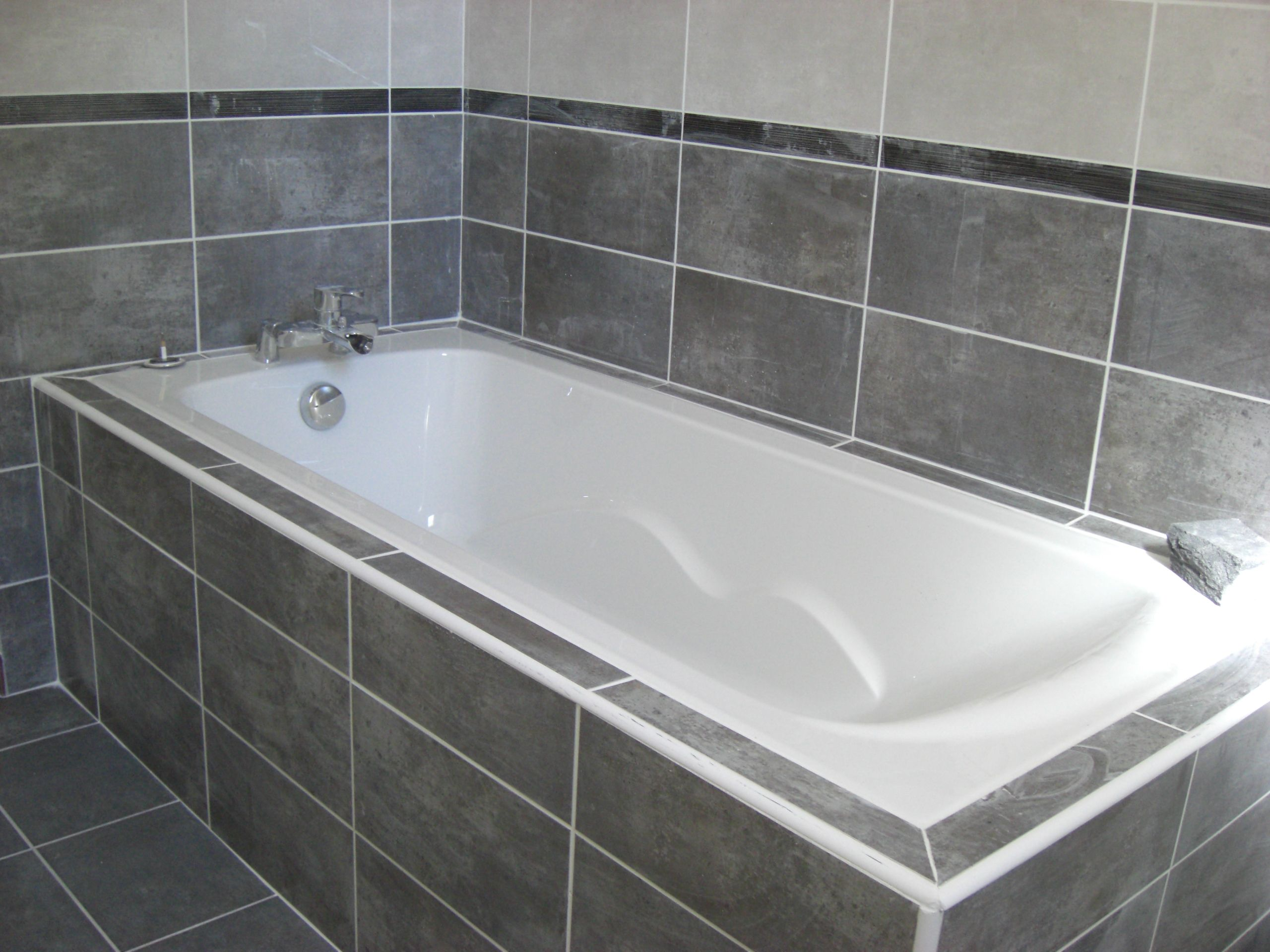 une salle de bain avec baignoire et une association de. Black Bedroom Furniture Sets. Home Design Ideas