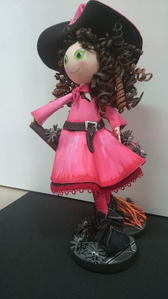 bruja con escoba , hecha de goma eva y coloreada con acrílicos vallejo http://ordaliadepapel.yojimbo.es/