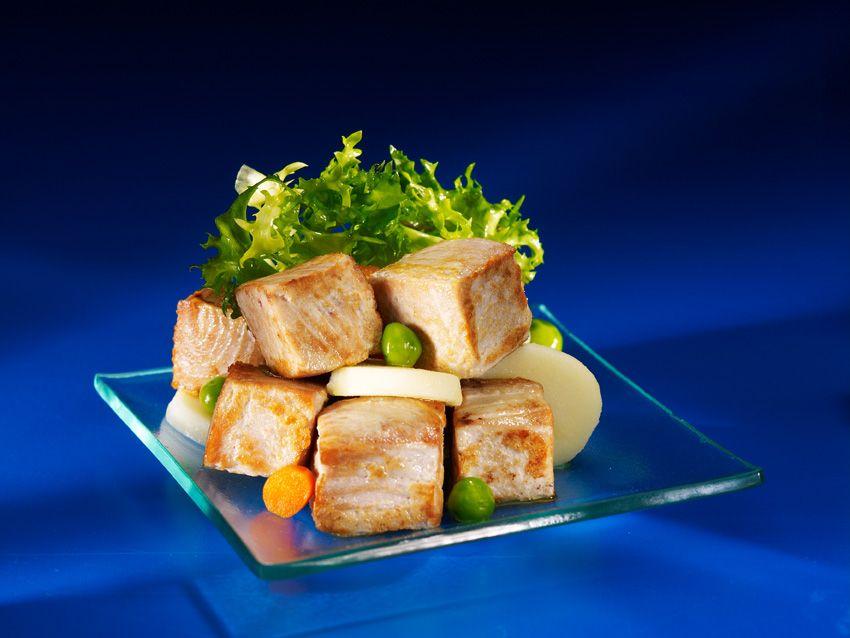 Para hacer boca he aqu unos deliciosos dados de bonito del norte con patatas y hortalizas en - Cocinar pescado congelado ...