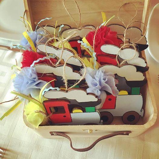 """Μπουμπουνιέρα κρεμαστό διακοσμητικό από ξύλο ζωγραφισμένο βάπτιση """"Τραίνο"""""""