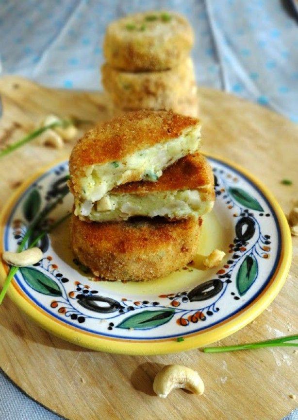 Aardappelkoekjes met cashewnoten en bieslook.