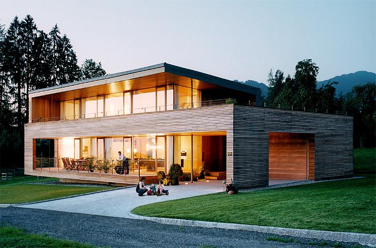 Hausbau moderner baustil  Energiesparhäuser: Holzhaus mit großen Fensterfronten ...