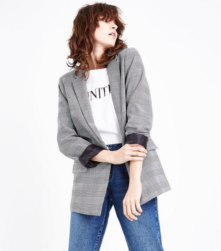 Bring a sophisticated edge into your everyday wardrobe this season. Pair this girlfriend jacket with jeans and heels to elevate the look.