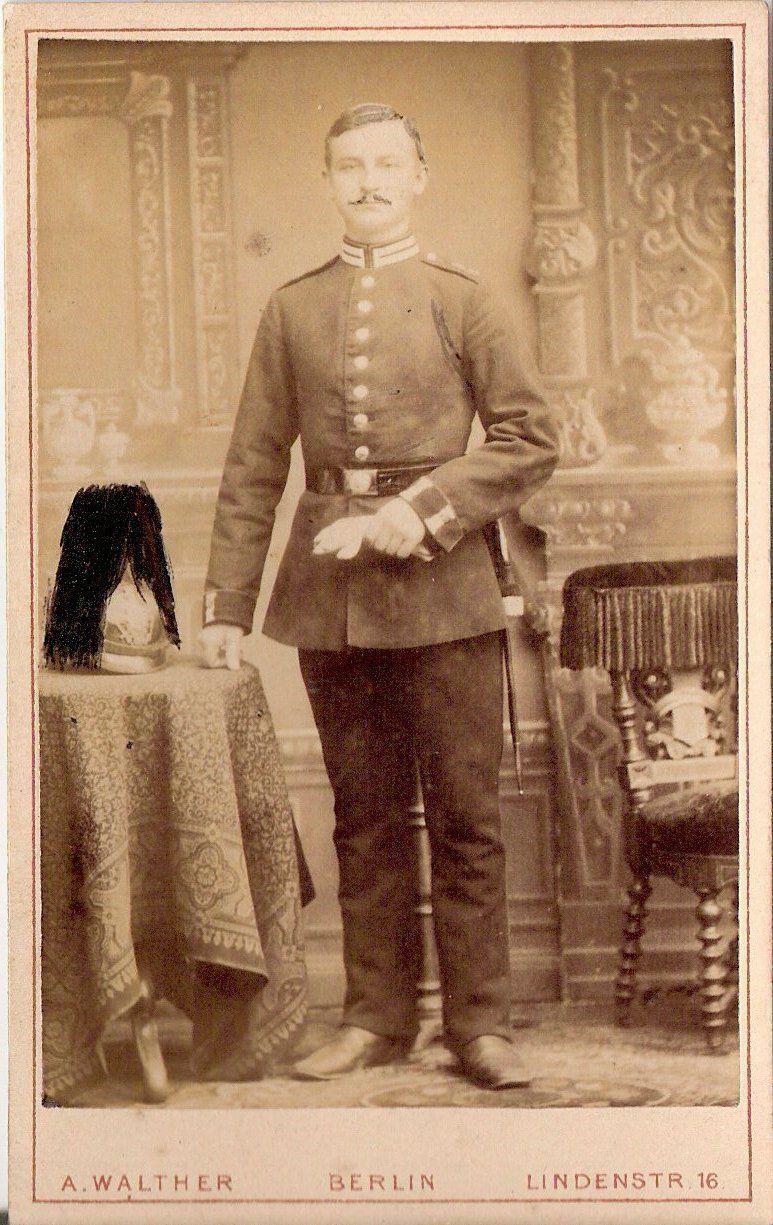 CDV photo Garde Soldat mit Pickelhaube und Busch - Berlin 1880er
