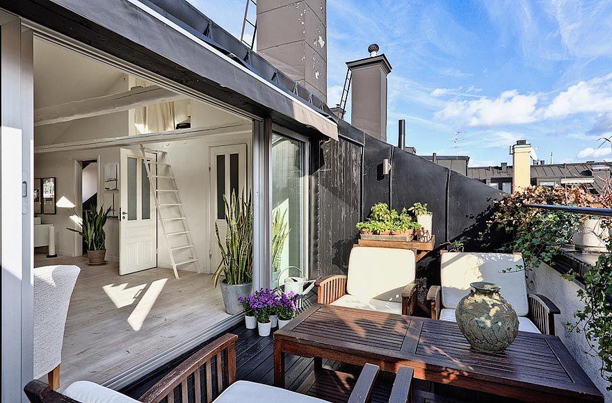 Una mansarda luminosa con terrazza Design di balcone