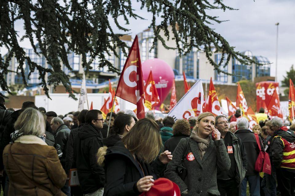 Air France : quinze salariés devant le juge, des centaines de manifestants devant le tribunal Check more at http://info.webissimo.biz/air-france-quinze-salaries-devant-le-juge-des-centaines-de-manifestants-devant-le-tribunal/