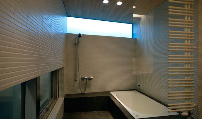 朝の光が差し込むハイサイドライトをもつオープンなバスルーム 建築設計事務所 建築 設計事務所