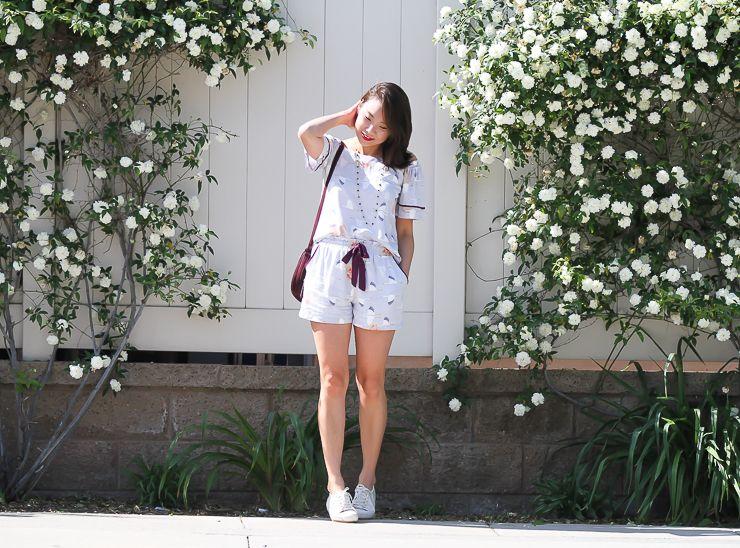 Conjuntinho de blusa e short na mesma estampa. Estampa delicada e oriental com tsurus. Para finalizar o look Melissa Be branca.
