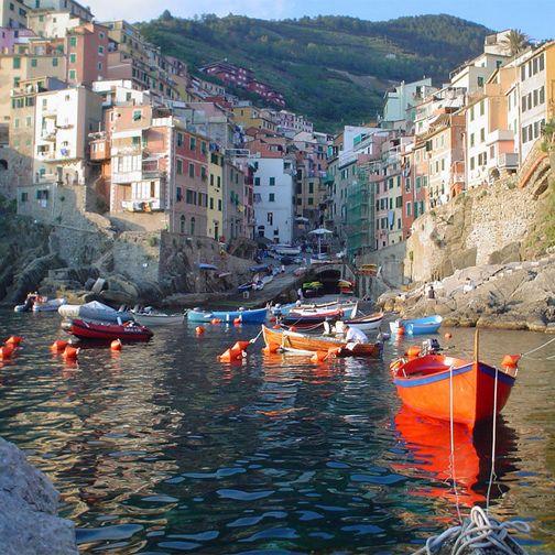 L'inconfondibile marina di Riomaggiore.  The unique marina of Riomaggiore.  #Liguria #FotoLiguria  Foto ©:http://ow.ly/BpIvl via Flickr