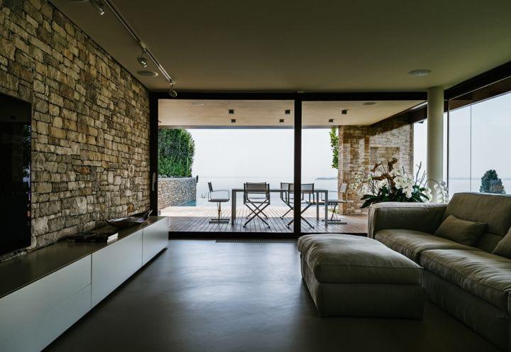 Uno scorcio del salotto in stile minimalista con vista for Salotto lago