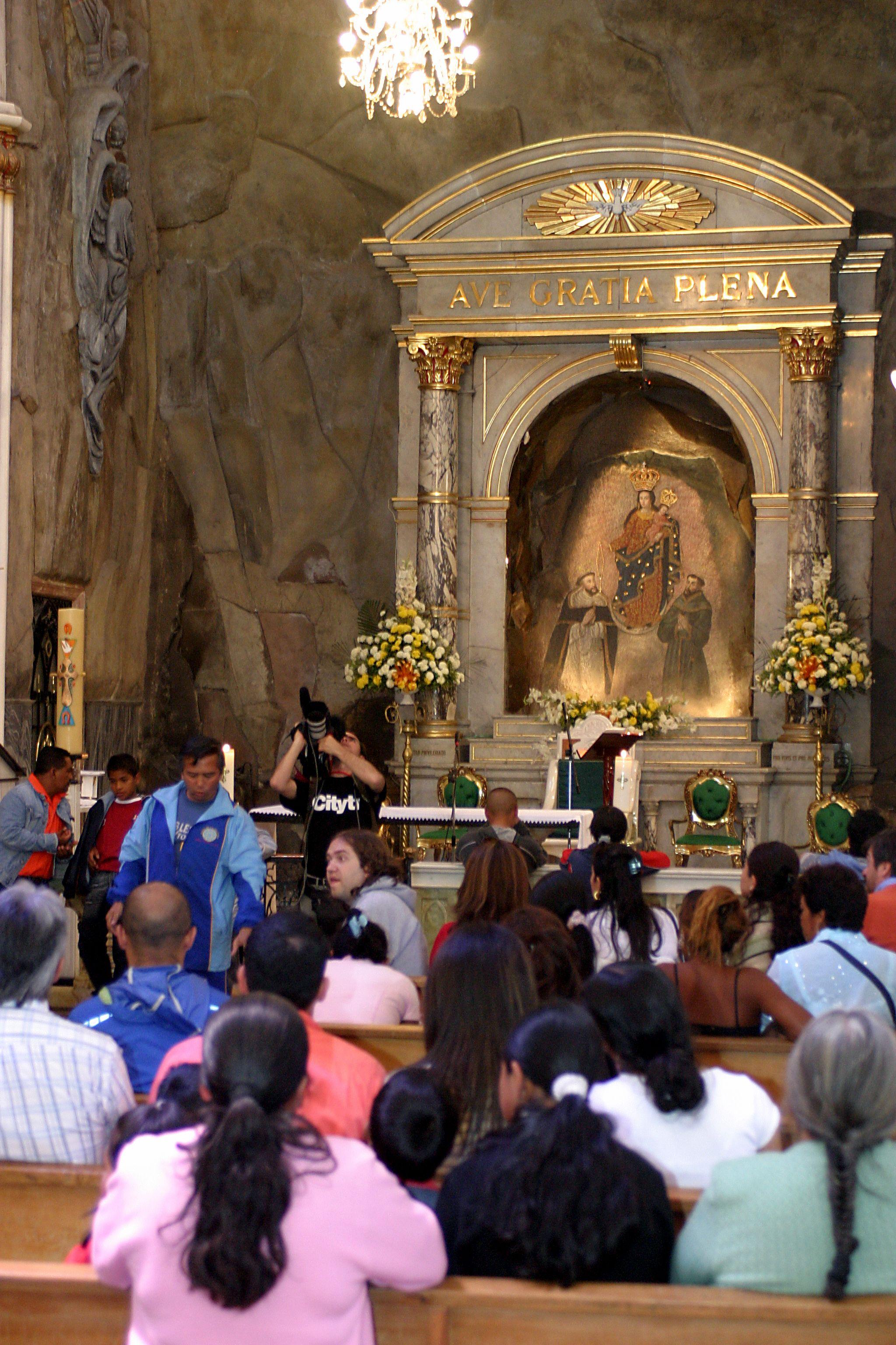 Interior del Santuario de Las Lajas, belleza mística, sensación de paz y reflexión