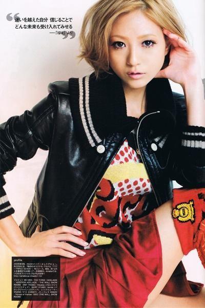 黒と赤のファッションに身を包む伊藤千晃