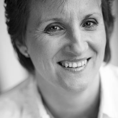 Pin 2 - Helen Vreeswijk komt uit Den haag en had vroeger dyslexie. Ze wilde vroeger politieagente of schrijfster worden. Ze is eerst bij de politie gegaan en heeft veel onderzoek gedaan bij de recherche. Daarna is ze verhalen gaan schrijven over misdaden en jongeren. Bijvoorbeeld over chatten, loverboys, stalkers en geweld. Ze wil jongeren waarschuwen voor de problemen in de maatschappij.