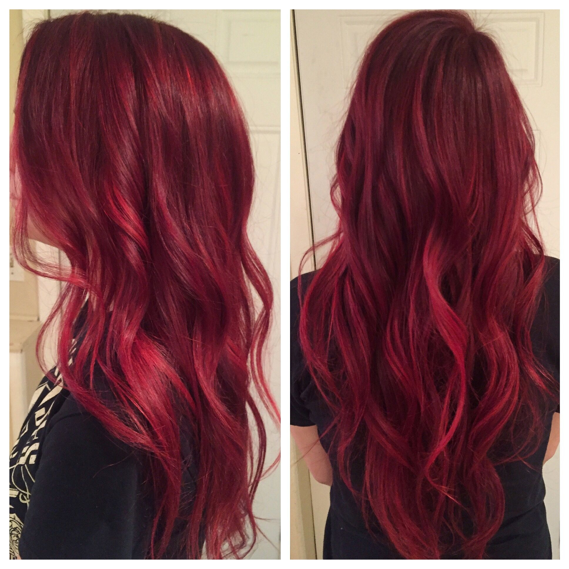 Cabello color rojo magenta