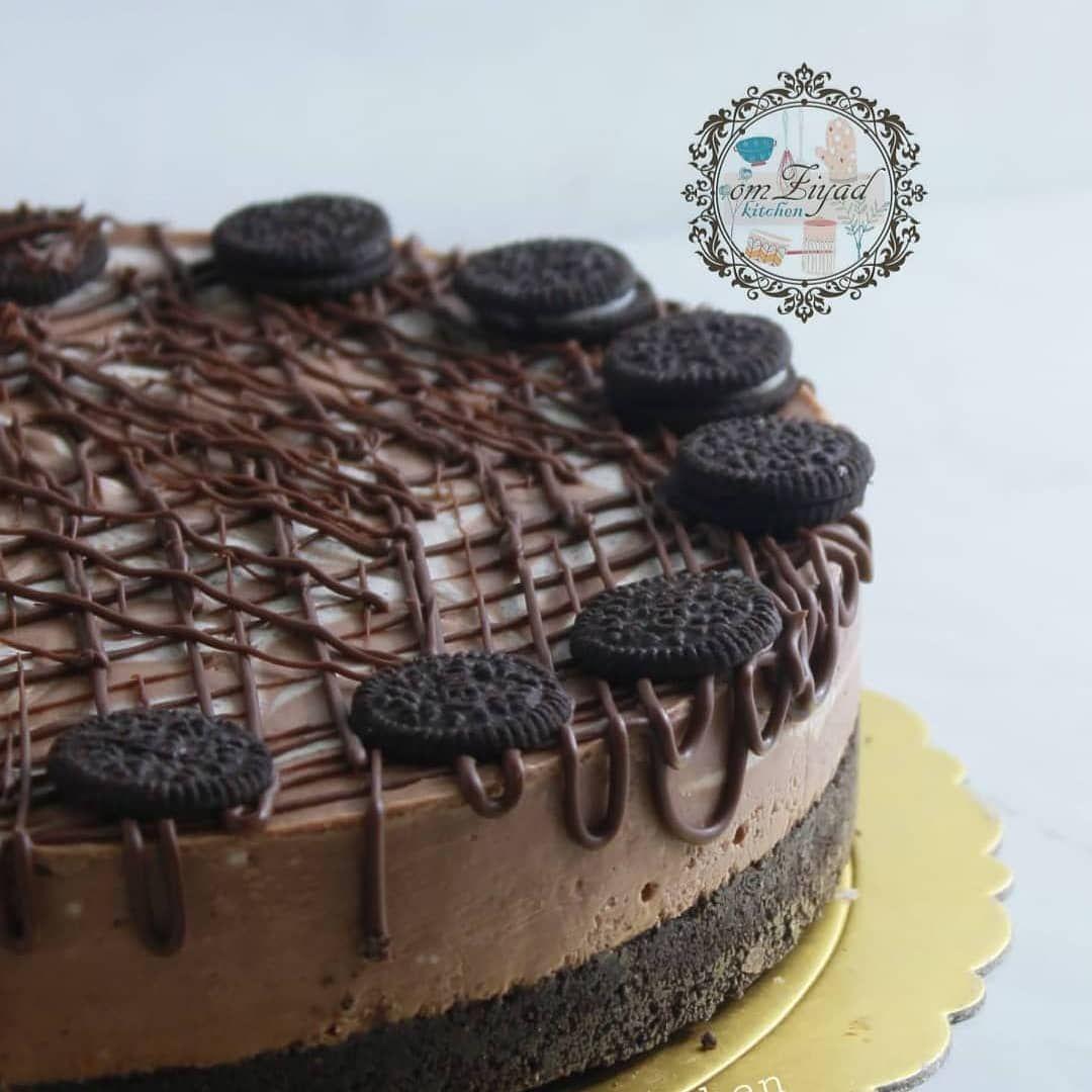 Al3azema Qr Shared A Photo On Instagram تشيز كيك الاوريو والنوتيلا البارد الطبقه الأولى عشر أكياس اوريو نشيل الكريمه البيضاء منه و Cake Desserts Food