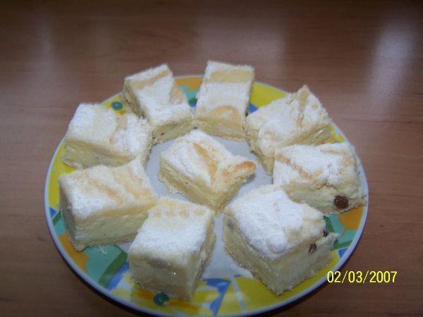 ŠVÉDSKÝ TVAROHOVÝ KOLÁČ - móóóóc dobrý SYPKÁ SMĚS : 3 hrnky polohrubé mouky, 1 hrnek cukru, 1 prášek do pečiva, 1 vanilkový cukr, trošku soliTVAROHOVÁ NÁPLŇ : 3 tvarohy ( použijte tvaroh v kostce, ne ve vaničce ), 1 hrnek cukru, 3 vejce, 1/2L mléka, 1 vanilkový puding ( prášek ), citrónová kůra, trochu rumu, ždibec strouhaného muškátového oříšku. Rozinky, tuk na vymazání formy a polití koláče. POSTUP PŘÍPRAVY Všechny suroviny na sypkou směs smícháme. Do misky si dáme všechny suroviny na…