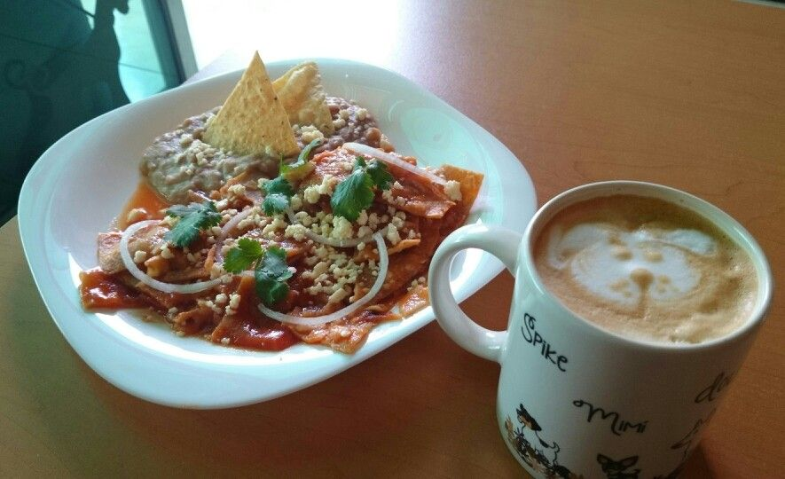 Chilaquiles y latté del Coffee and Pets
