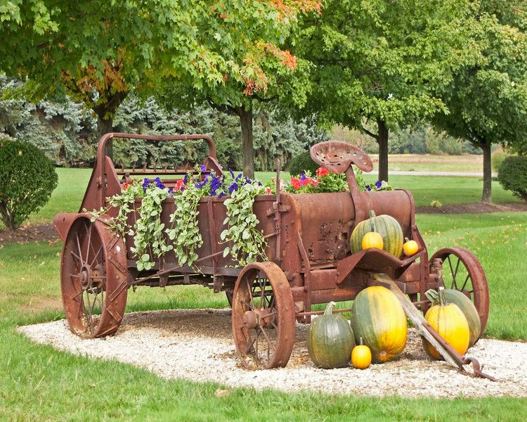 Photo Old farm vehicle decorated with flowers and