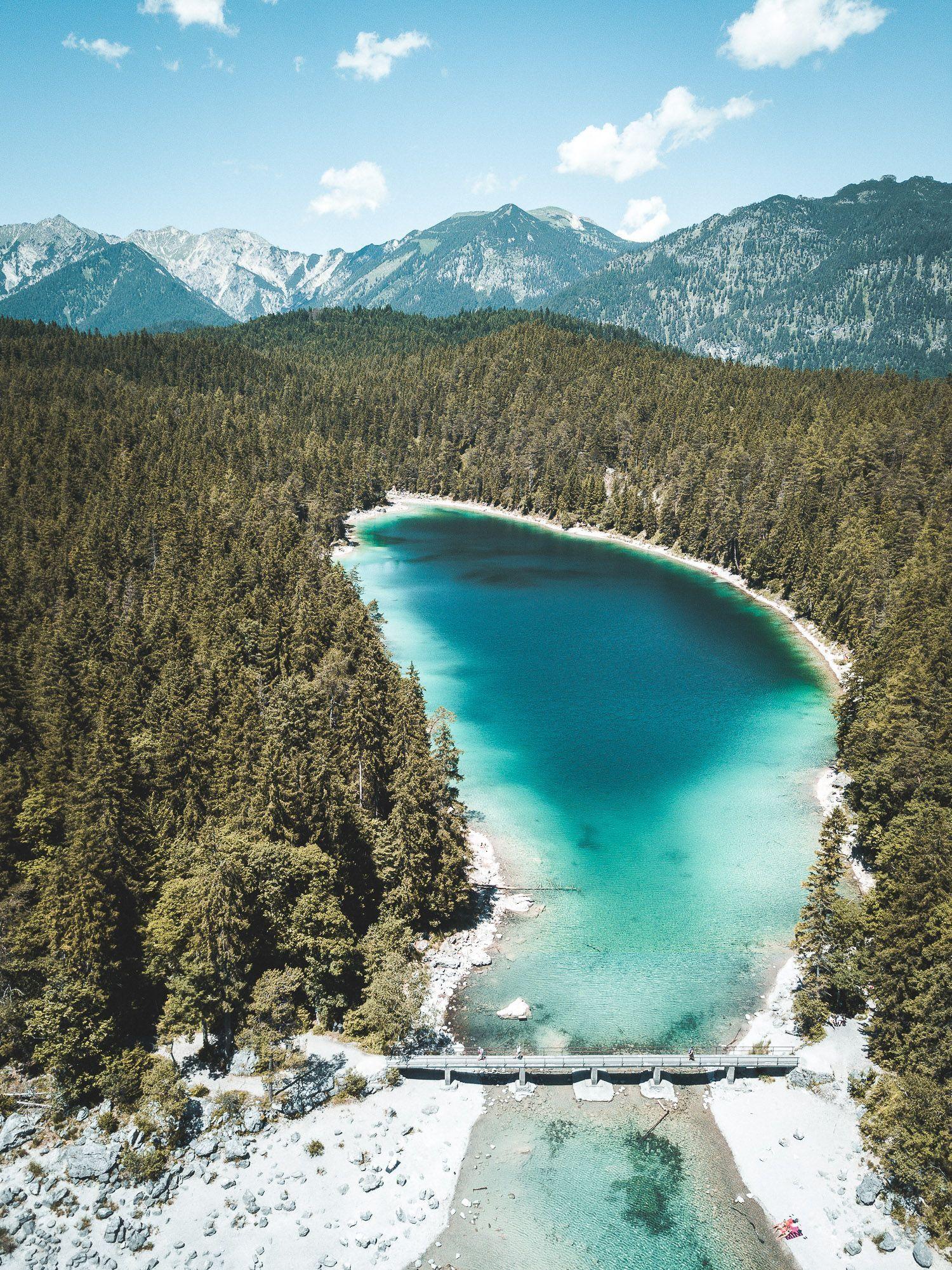 Der Eibsee An Der Zugspitze In Bayern Fotografiert Mit Einer Drohne Brucke Am See Berge Kristallklares Wasser Ein Ausf In 2020 Trip Travel Images Travel Dreams