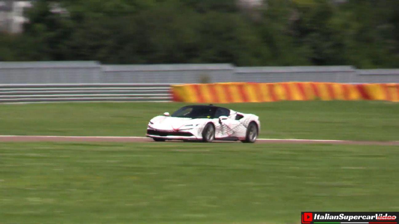 Ferrari SF90 Stradale sfreccia sul circuito di Fiorano