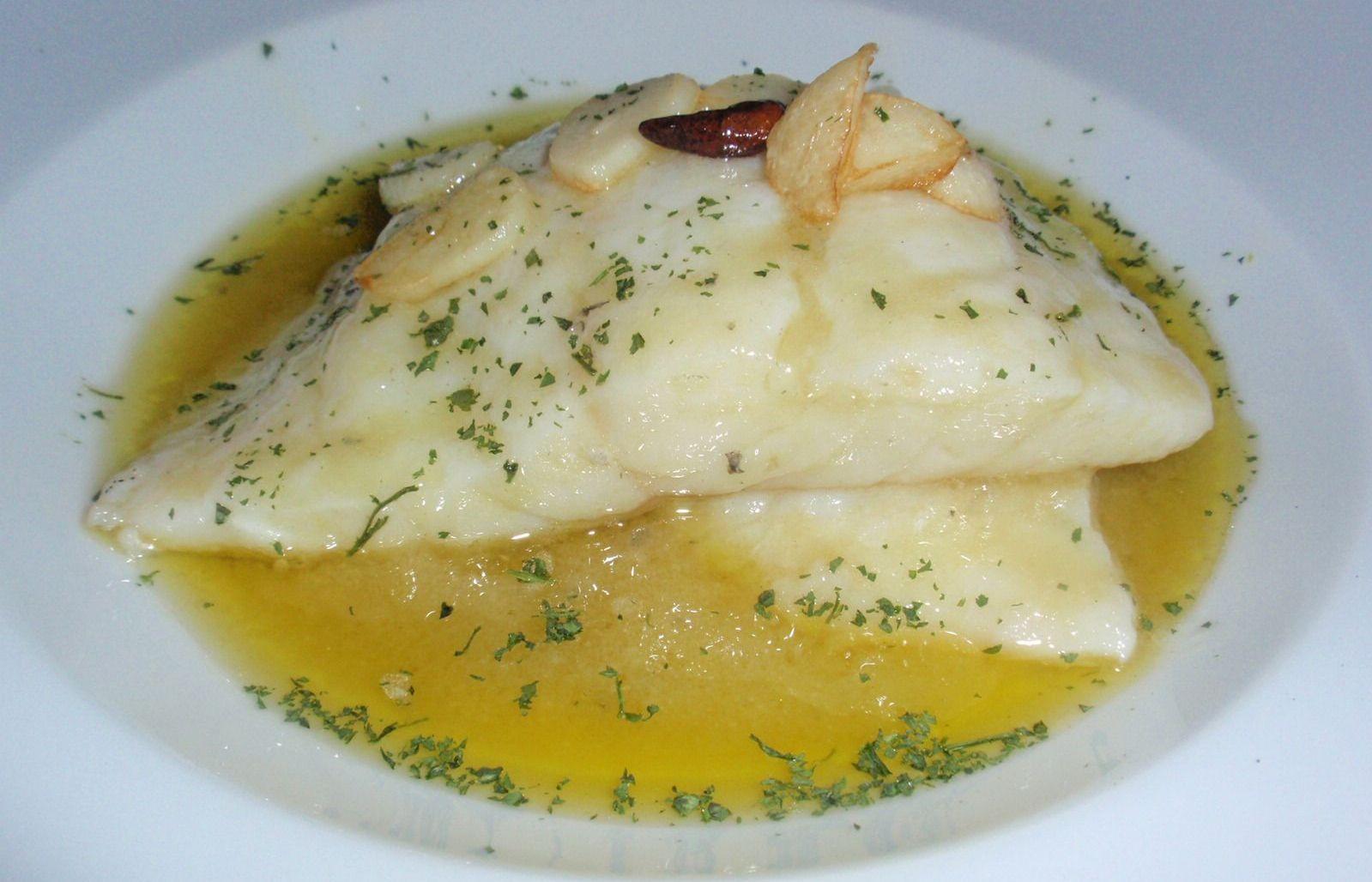 La receta del plato de bacalao al pil pil es un plato tradicional de la gastronomía española y fácil de preparar.