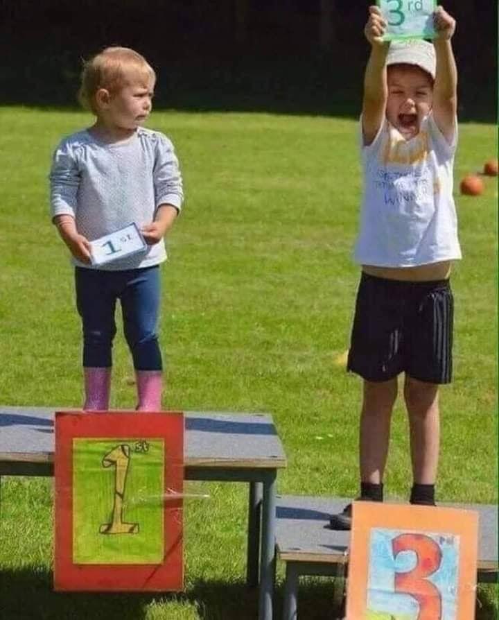 صورة لطفل يبكي وهو في المركز الأول لأنه شاهد فرحة الطفل الذي في المركز الثالث ظنا منه أنه خسر معبرة و Happiness Is A Choice Trying To Be Happy Happy