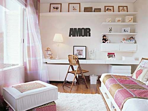 Espacios blancos y la pared llena de repisas! Me gusta! Ideas para