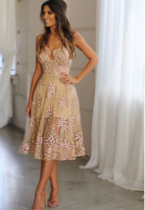 e85463126 Vestido midi em tule bordado, possui shape acinturado, modelo gode, alças  finas,
