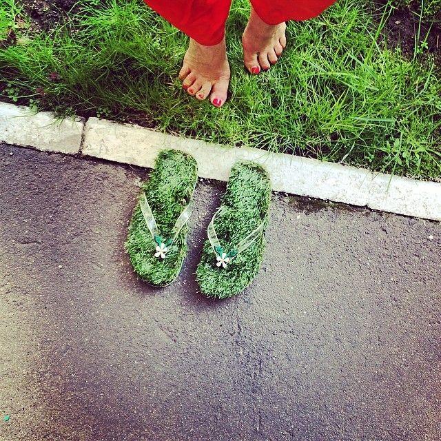 Трава это бесконечная  жизнь и рост. Трава это то то, что останется на земле, когда нас с вами уже смоет с нее. Я предпочитаю быть в ней сколько хочу и когда хочу. Моя зона комфорта -  мои супер аленашузы полные травы и лета от @Kusa Shoes  еще тут можно посмотреть kusashoes.ru #Padgram