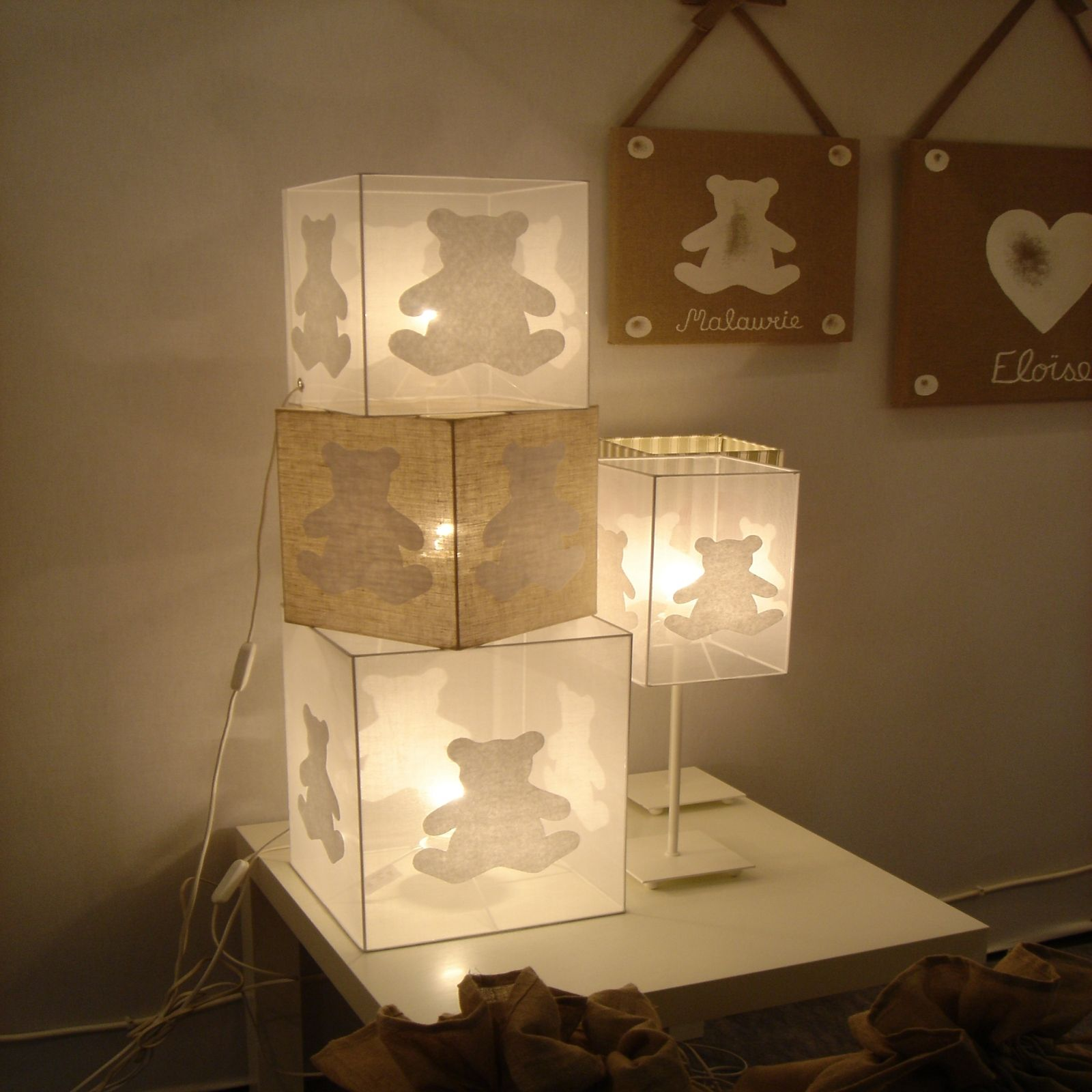 lampe cube poser chambre b b ours blanc organdi 2. Black Bedroom Furniture Sets. Home Design Ideas