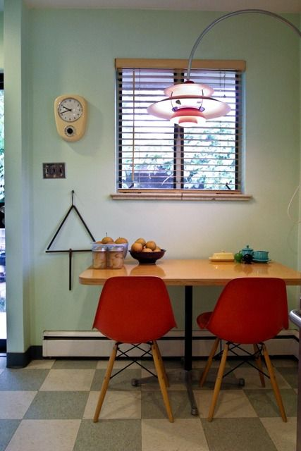 Cadeiras coloridas podem fazer a diferença no ambiente.