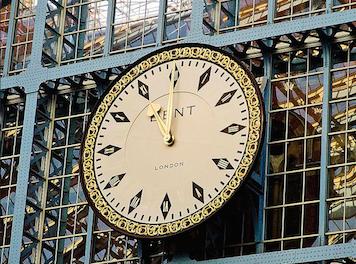 Relógio da estação St Pancras    O relógio é uma réplica do original, que foi vendido para um americano por uma fortuna na década de 1980. Os relojoeiros da Dent, marca do relógio antigo e do atual, foram encarregados de fazer a substituição, que ficou idêntica ao modelo original.- Londres: Ela
