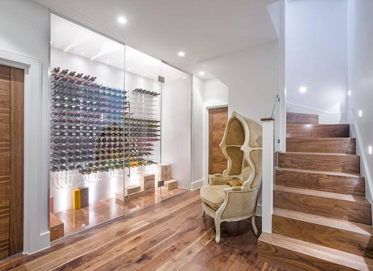 lagersystem aus glas mit platzsparenden weinregalen. Black Bedroom Furniture Sets. Home Design Ideas