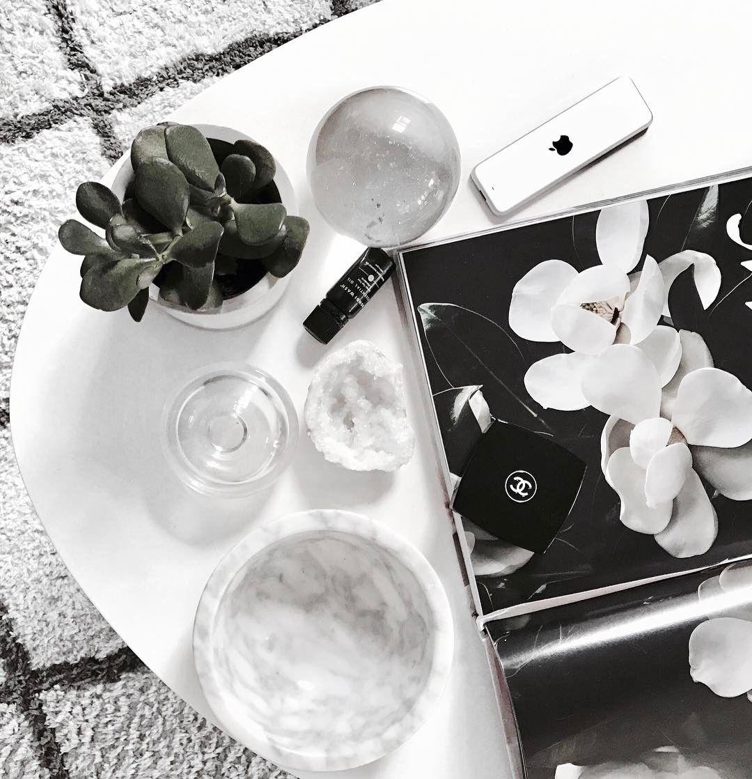 Coffee table book love 🖤 #floweraddict #flatlay