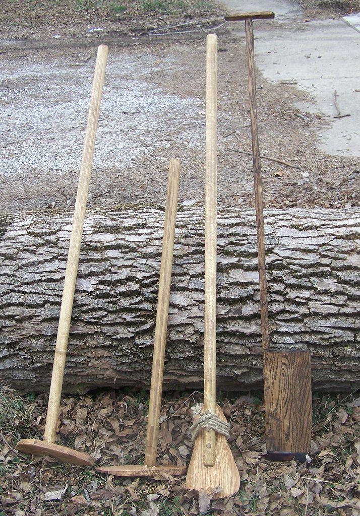 Arme Steffonische horigen maken vaak gebruik van hout voor alles wat ze op het land nodig hebben.