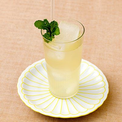 Just pour 1 cup brewed green tea over a glass of ice. Add a splash of fresh lemonade, and garnish with a mint sprig. Each serving has only 14 calories, plus it's loaded with antioxidants. Drink up!