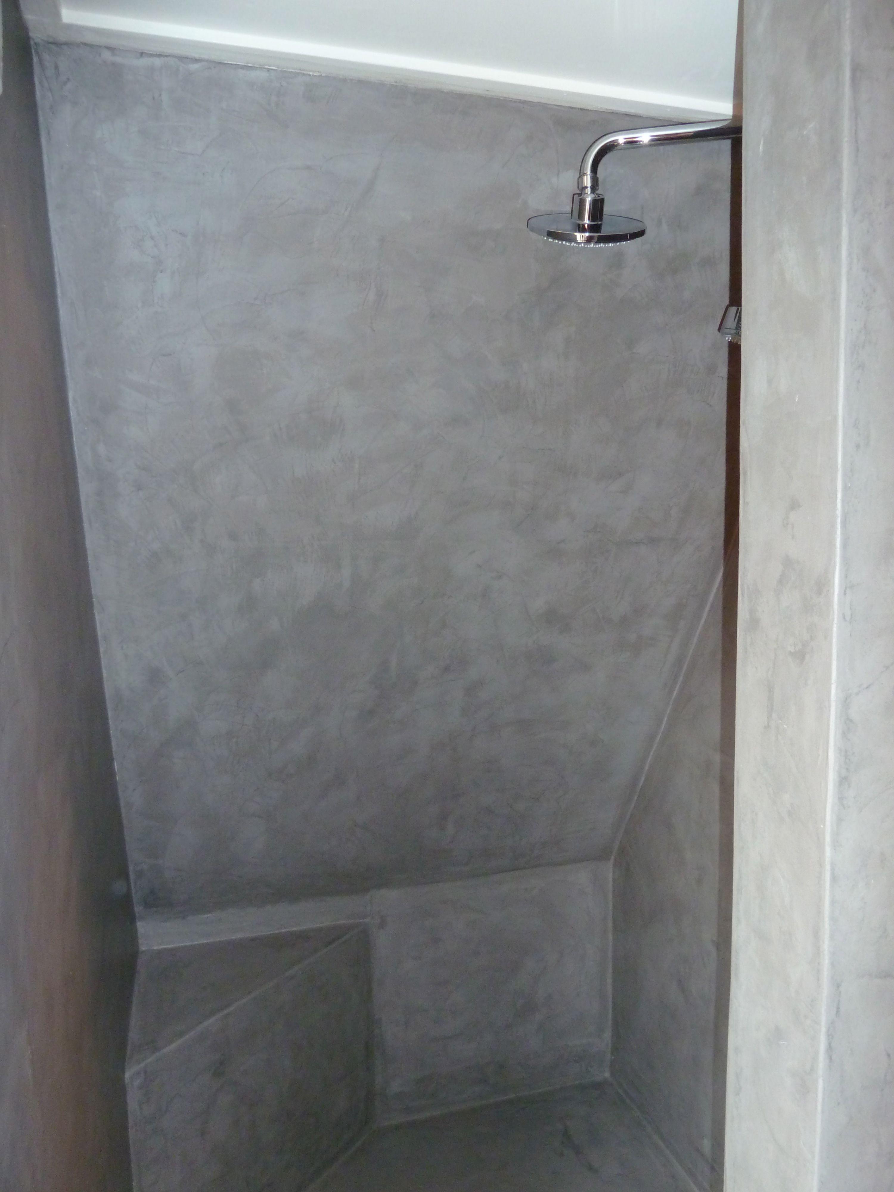 Badkamer afwerking met microcement, direct over bestaande tegels ...