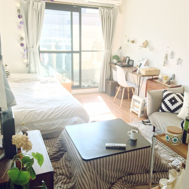 部屋全体 一人暮らし モノトーン シンプル こたつ などのインテリア