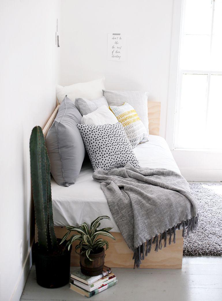 diy plywood daybed master bedroom sitting area pinterest tagesbett selber bauen und sehen. Black Bedroom Furniture Sets. Home Design Ideas